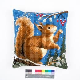 Coussin au point de croix ecureuil en hiver - 4